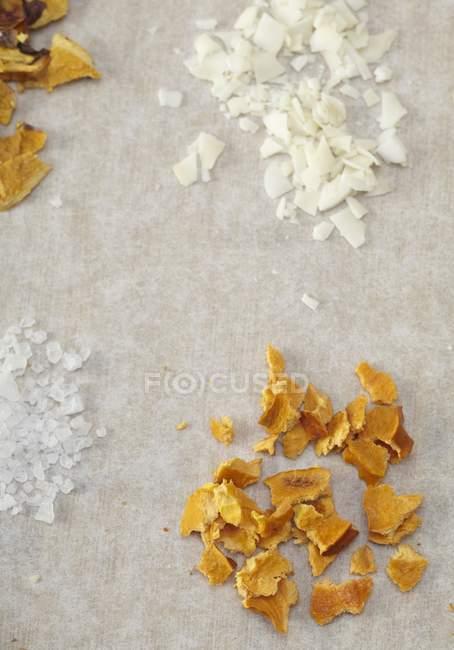 Nahaufnahme von getrockneten Orangenschalen, rasierter Kokosnuss und Salz — Stockfoto