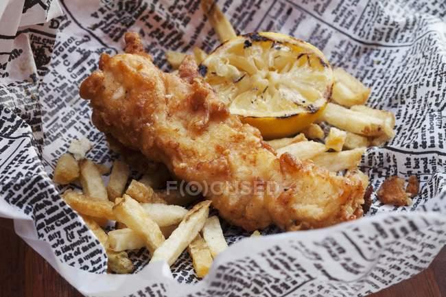 Рыба и чипсы с лимоном — стоковое фото