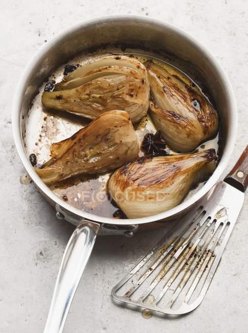 Pot-Roast de fenouil dans une casserole sur une surface en marbre grise — Photo de stock