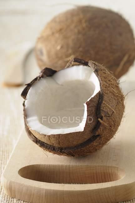 Cocos frescos enteros y rotos - foto de stock