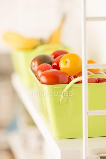 Metall-Box mit frischen Tomaten — Stockfoto