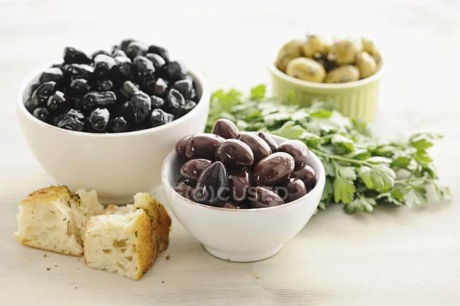 Olives Kalamata dans des bols — Photo de stock