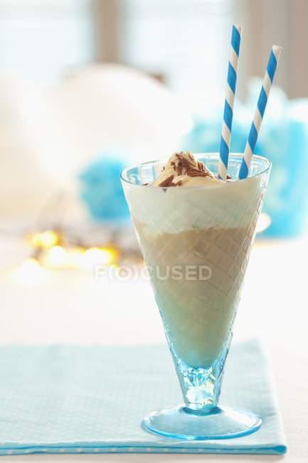 Шоколадный коктейль с ванильным мороженым — стоковое фото