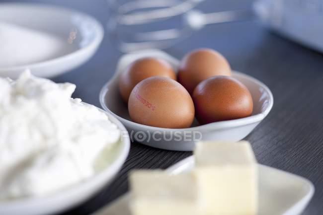 Крупним планом подання коричневі яйця з quark і маслом — стокове фото