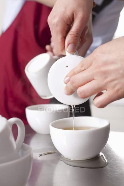 Personne versant le thé — Photo de stock