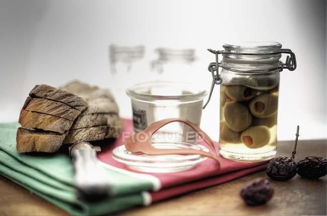 Мариновані оливки у маринування jar — стокове фото