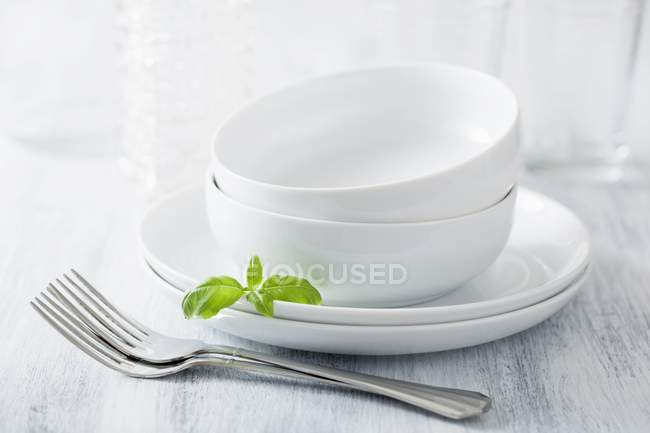 Cena in pila ciotole e piatti — Foto stock