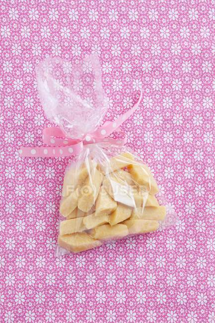 Closeup vista superior do fudge caseiro em saco celofane — Fotografia de Stock