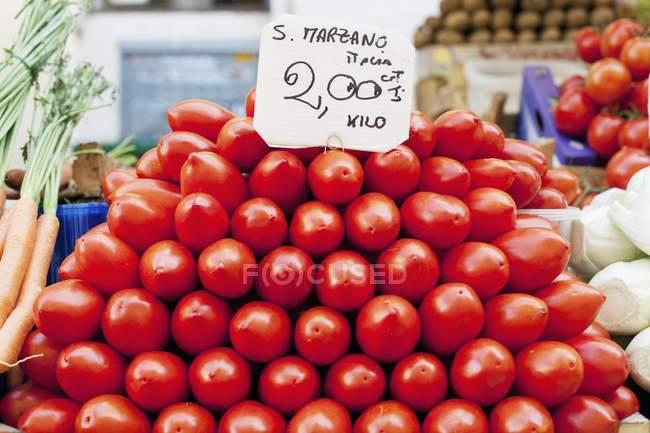 Montón de tomates San Marzano - foto de stock