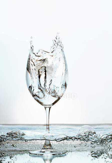 Крупним планом подання сплеск в Бокал для вина заповнений газовану воду — стокове фото