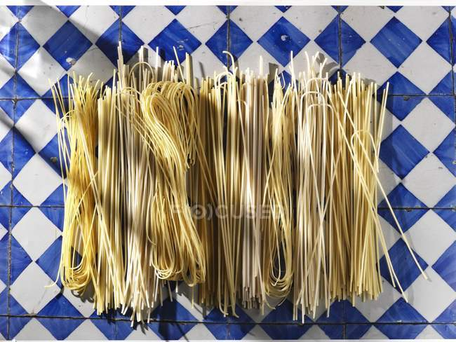 Esparguete não cozido e espaguete — Fotografia de Stock