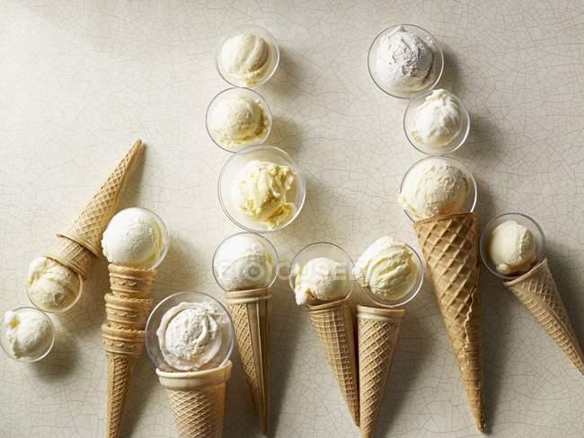 Лопатки ванильного мороженого — стоковое фото