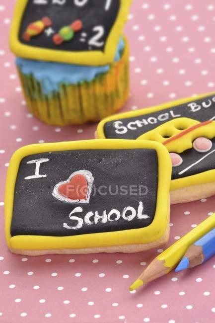 Vue de biscuits décorés comme des tableaux de l'école — Photo de stock