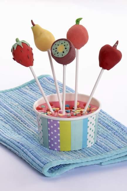 Cake Pops dekoriert, um wie Früchte auszusehen — Stockfoto