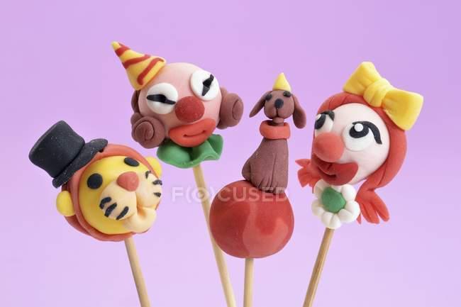 Gâteau pop décorée pour ressembler à des clowns — Photo de stock