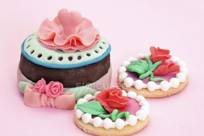 Biscoitos decorados com rosas de marzipan — Fotografia de Stock