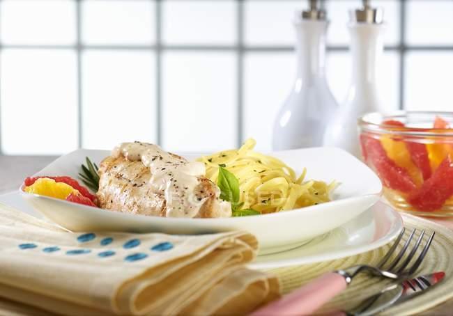 Hühnerbrust mit Linguine Ribbon Pasta — Stockfoto