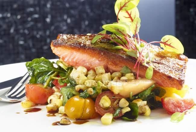 Филе лосося с овощами — стоковое фото