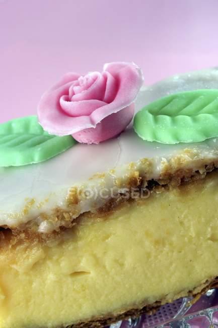 Rebanada de crema adornado con una flor de azúcar - foto de stock