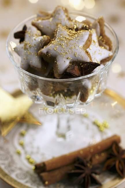 Крупным планом зрения звездных Корица печенье, украшенные золотой пыли — стоковое фото