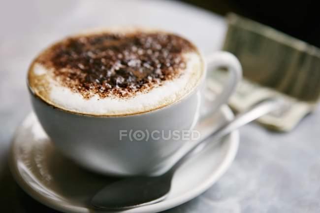 Copa de Cappuccino con espuma - foto de stock