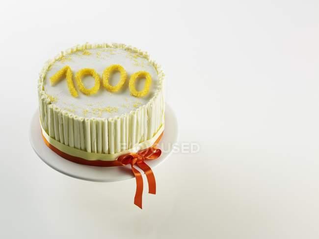 Белый годовщина торт — стоковое фото