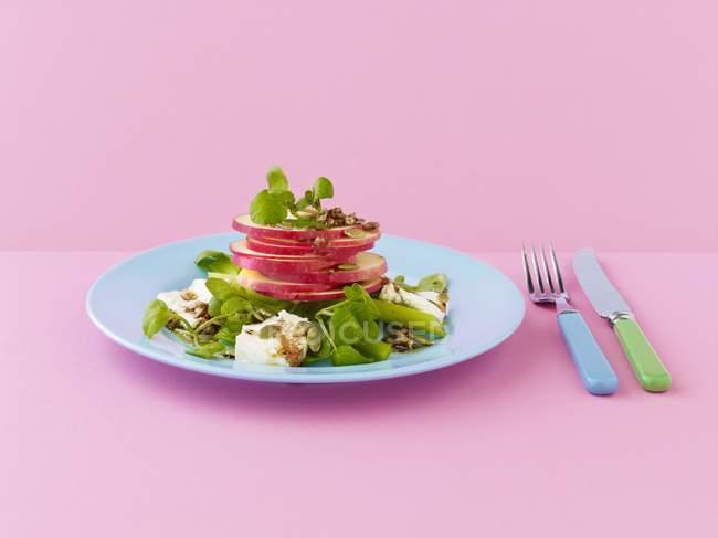 Нарезанное яблоко с феттой и бальзамическим соусом — стоковое фото