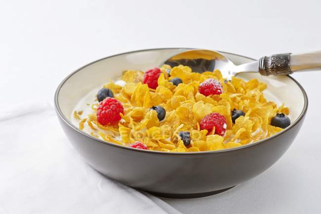 Cornflake cereal with berries — Stock Photo