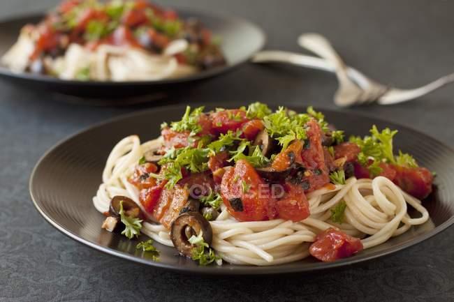 Безглютеновые спагетти alla puttanesca — стоковое фото