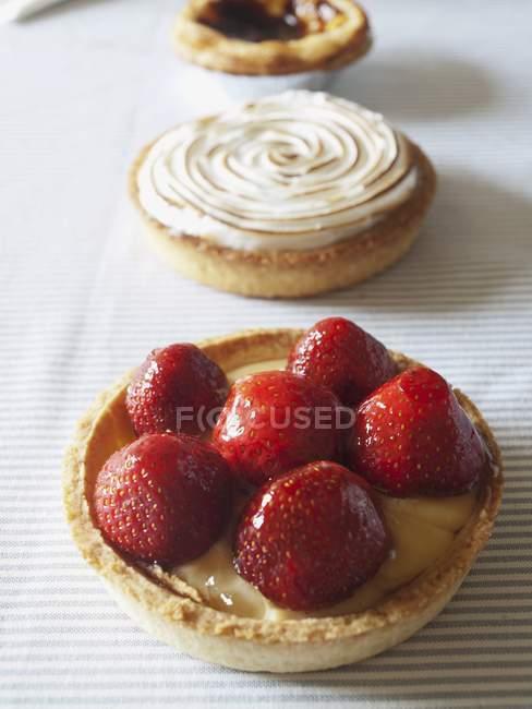Fila de tres tartas de crema pastelera - foto de stock
