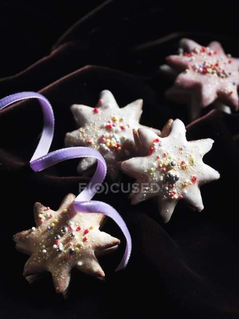 Cinta y galletas estrellas - foto de stock
