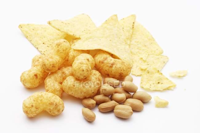 Кукурудзяні чіпси і арахіс — стокове фото