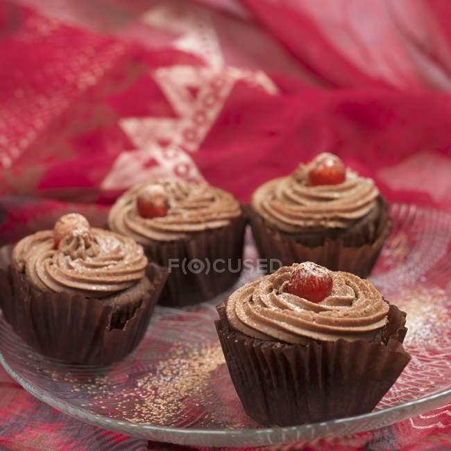 Bolinhos de chocolate com cerejas glace — Fotografia de Stock
