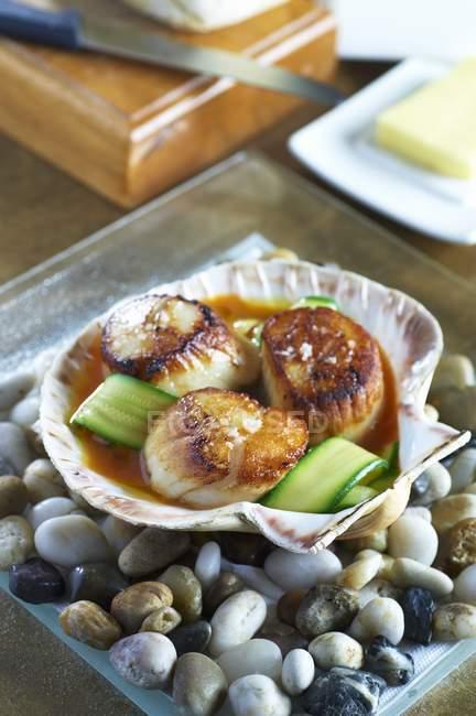 Крупный план жареных гребешков с полосками из моллюсков — стоковое фото