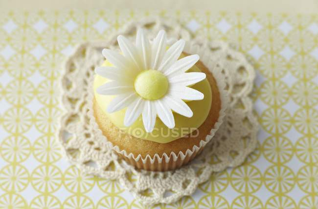Upcake decorated with daisy — Stock Photo