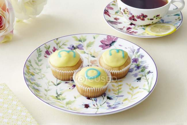 Cupcakes and a cup of tea — Stock Photo