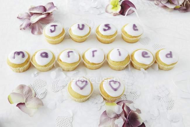 Cupcakes soletrar palavras no casamento — Fotografia de Stock