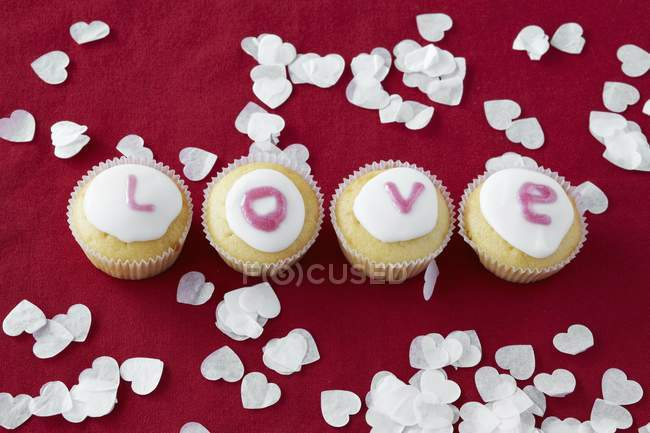 Petits gâteaux formant le mot amour — Photo de stock