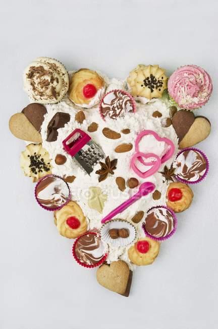 Кексы в форме сердца — стоковое фото