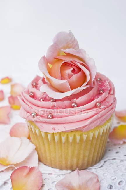 Pink cupcake with rose — Stock Photo
