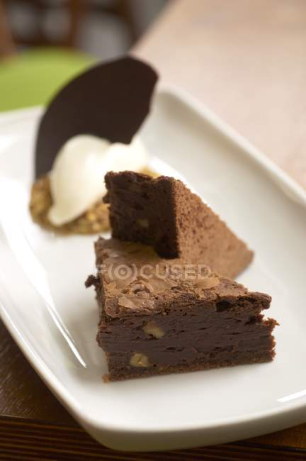 Brownies al cioccolato che serve sul piatto bianco — Foto stock