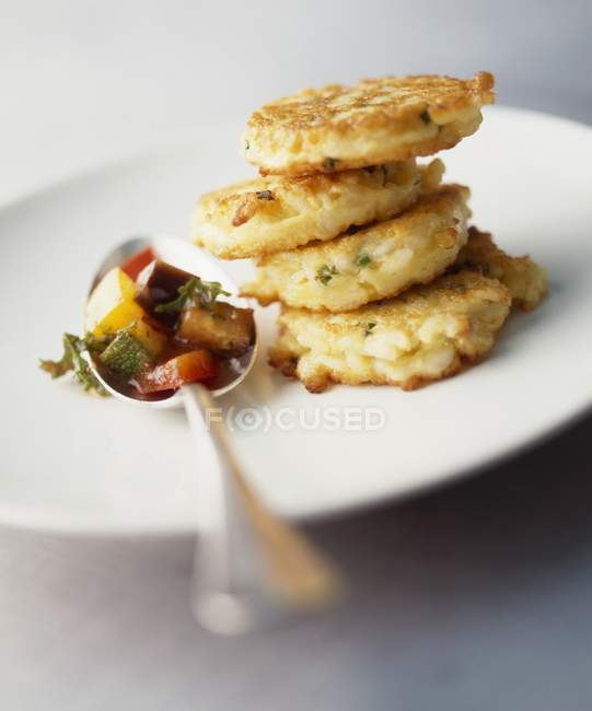 Tofu burgers with Mediterranean vegetables — Stock Photo