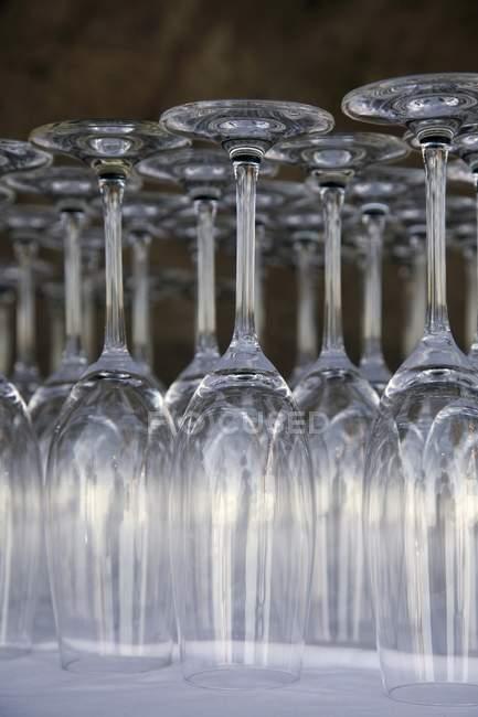 Крупним планом подання перевернутий порожній шампанське флейти — стокове фото