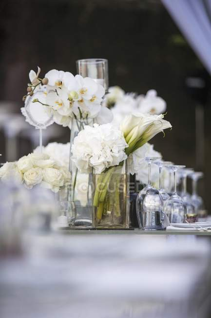 White roses with hydrangeas and orchids as a table decoration — Stock Photo