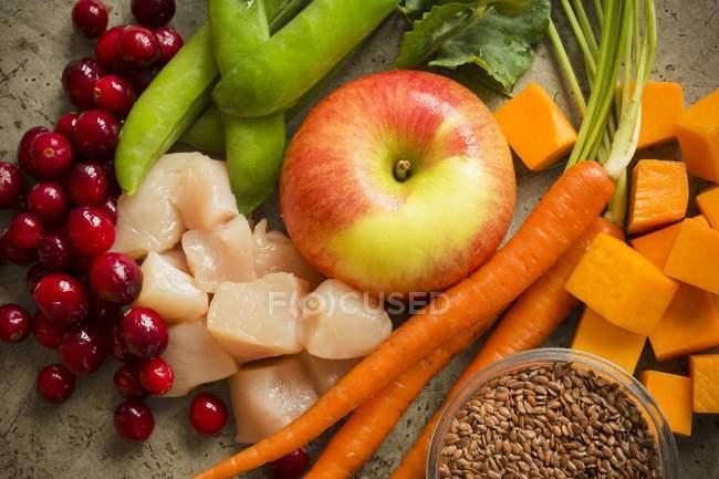 Pollo crudo con frutas y verduras - foto de stock
