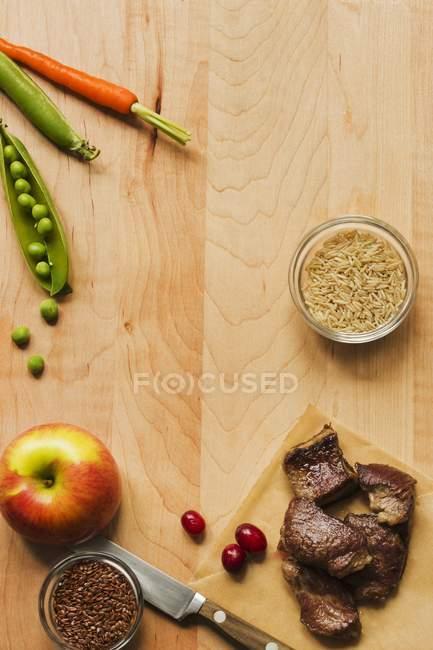 Agneau cuit sur planche à découper — Photo de stock