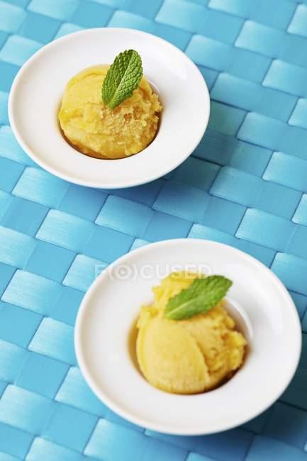 Boules de sorbet à la mangue fait maison — Photo de stock