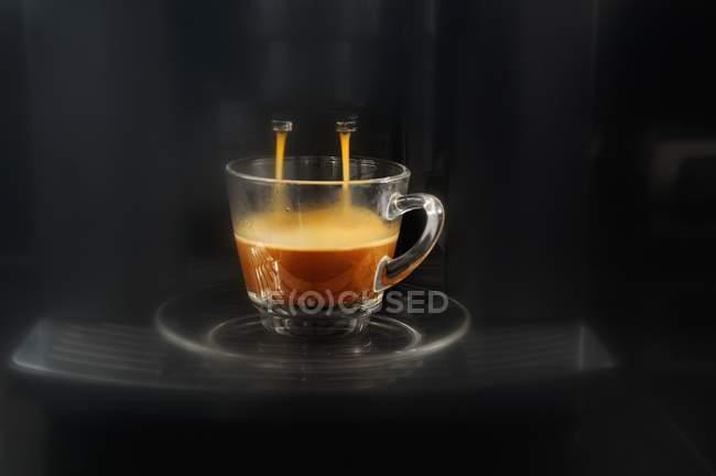 Kaffee aus Espresso-Maschine — Stockfoto