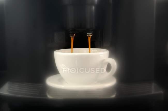 Kaffee aus der Espressomaschine tropft — Stockfoto