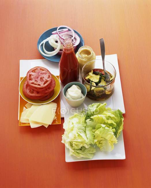 Ingredientes para hamburguesa en la mesa - foto de stock